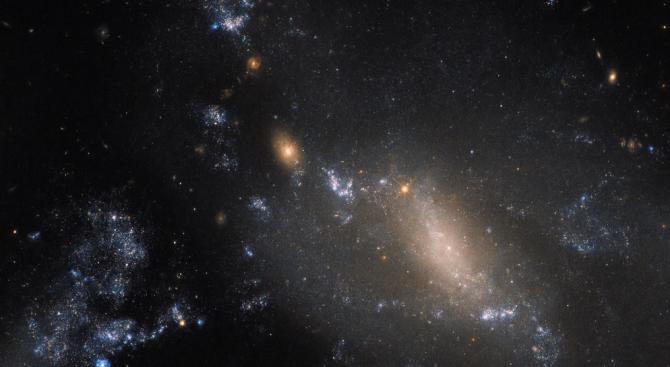 Хъбъл показа сливане на две галактики
