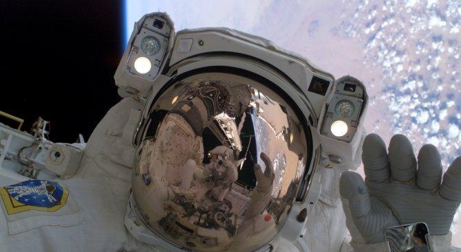 По време на космическа разходка астронавтите загубиха щит на МКС