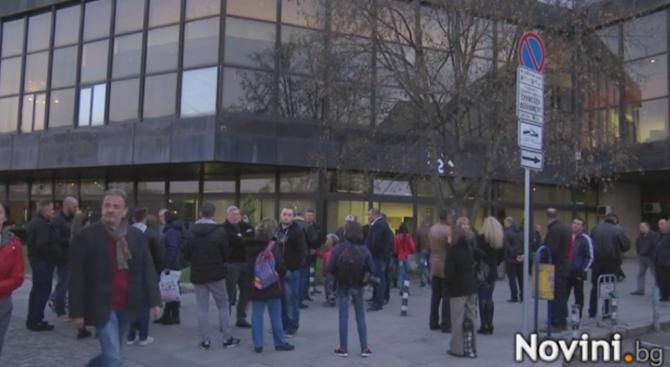 """Протест пред bTV в подкрепа на """"Шоуто на Слави"""" (видео)"""