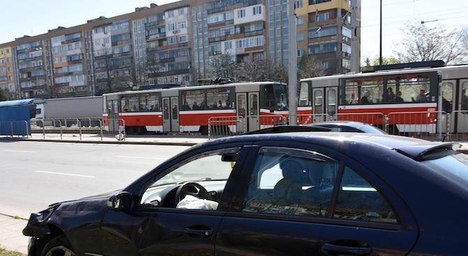"""Автомобил беше блокирал движението на трамваите по """"Ботевградско шосе"""" (снимки+обновена)"""