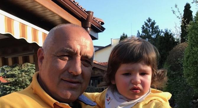 Борисов отмаря с внука си след тежките преговори (снимка)