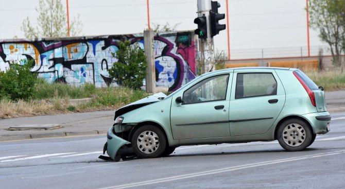 """Две коли се блъснаха до пешеходна пътека в """"Дружба"""" (снимки)"""