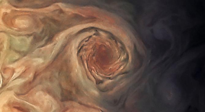 "Сондата ""Джуно"" засне гигантски вихър на Юпитер"