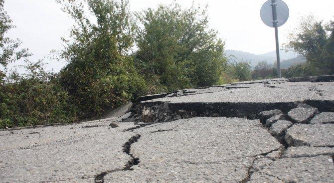 Свлачище затрудни движението по пътя Аксаково - Добрич