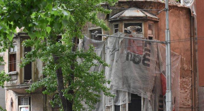 Багери събарят бивш паметник на културата в центъра на София (снимки)
