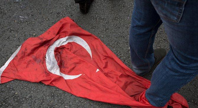 Изгаряне на турски флаг в Атина ядоса Анкара (видео)