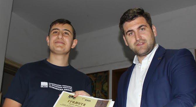 Андрей Новаков награждава ученици от Националната художествена гимназия в Трявна
