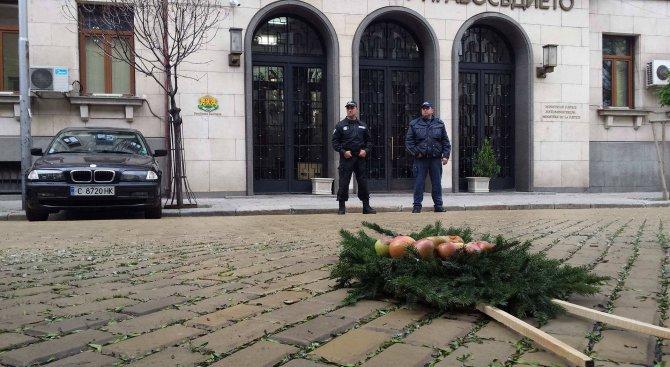 Положиха венец от гнили ябълки пред Министерството на правосъдието (видео+снимки)