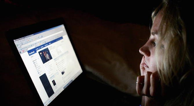 Фейсбук преглежда седмично над 6,5 милиона съобщения, свързани с възможни фалшиви профили