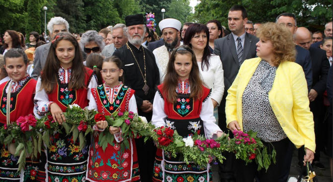 В Кърджали развяха трибагреници, дарени от заместник-председателя на парламента Цвета Караянчева