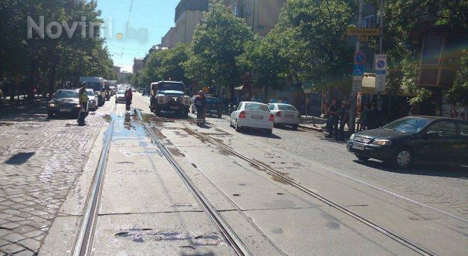Авария спря трамваи в центъра на София (снимки)