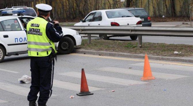 Кола помете възрастна жена на пешеходна пътека