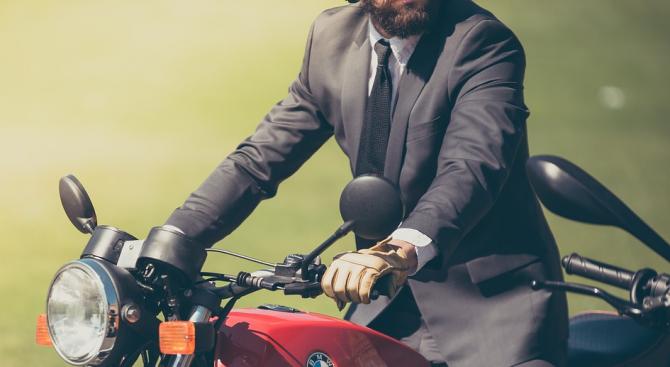 """Мотоциклетист """"пося"""" банкноти за хиляди евро на шосе в Германия"""