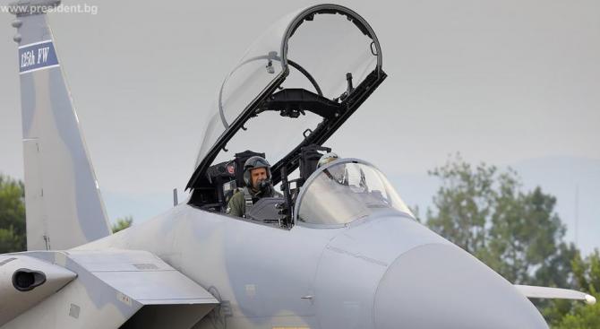 Президентът Радев летя с изтребител F-15  (снимки)
