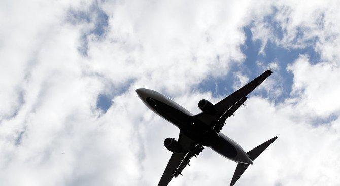 Трима мъже бяха задържани в самолет, говорели за тероризъм
