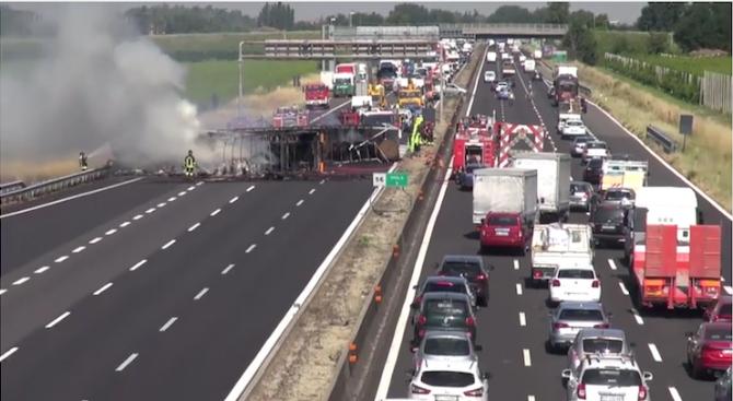 Български ТИР катастрофира тежко в Италия (видео)