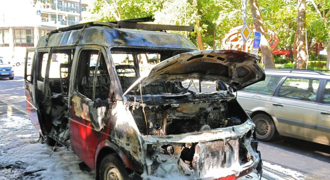 Лекотоварен бус изгоря в движение в Бургас (снимки)