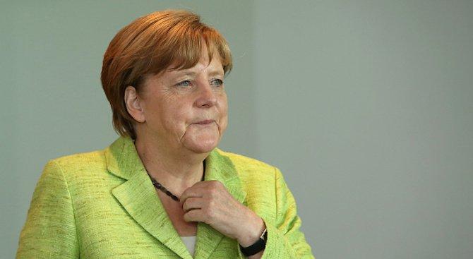 Меркел научи новината за кончината на Хелмут Кол на път за Рим
