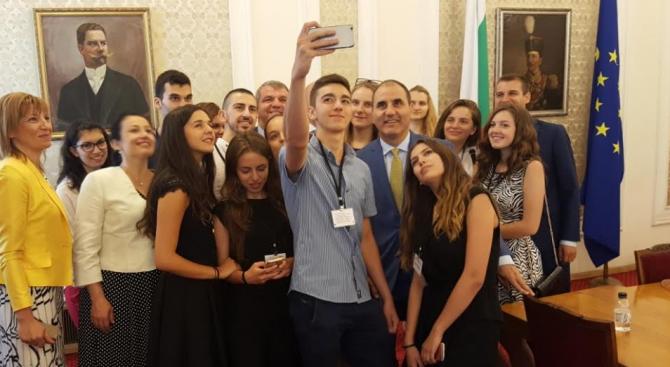 Цветанов посрещна в парламента наградени ученици в конкурса на Мария Габриел
