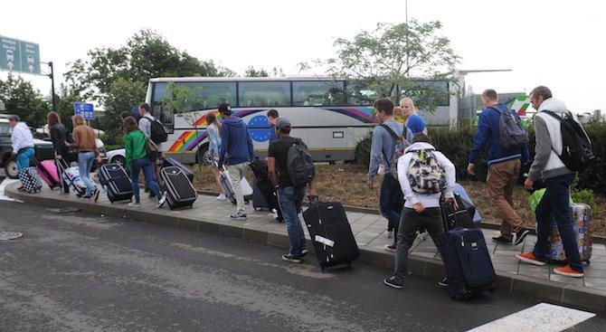Стотици руски туристи са блокирани от часове на летището в Бургас