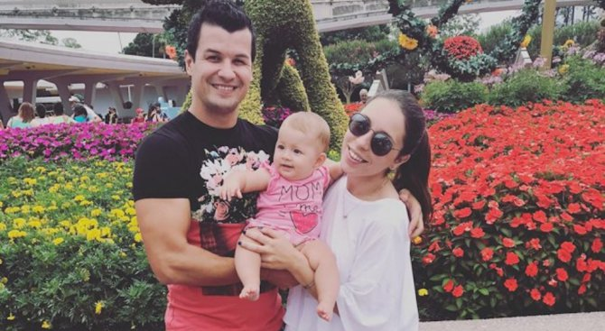 Мика Стоичкова пристига с бебето в България