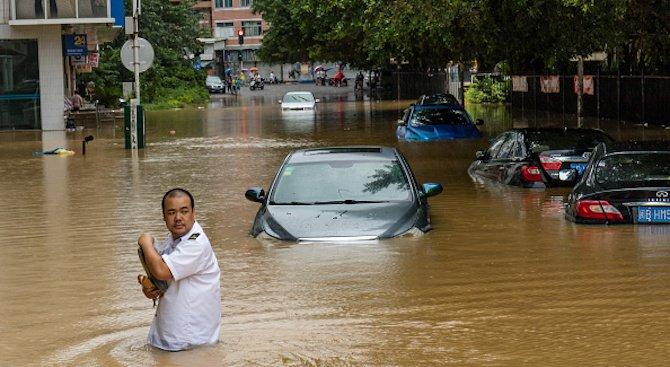 Наводненията в Китай взеха 50 жертви (видео)