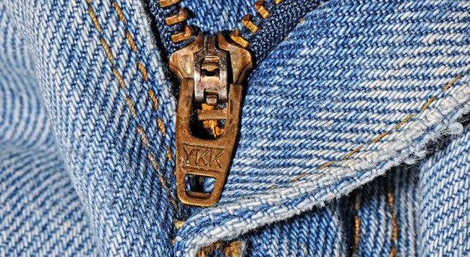 Защо на ципа на дънките ви пише YKK?