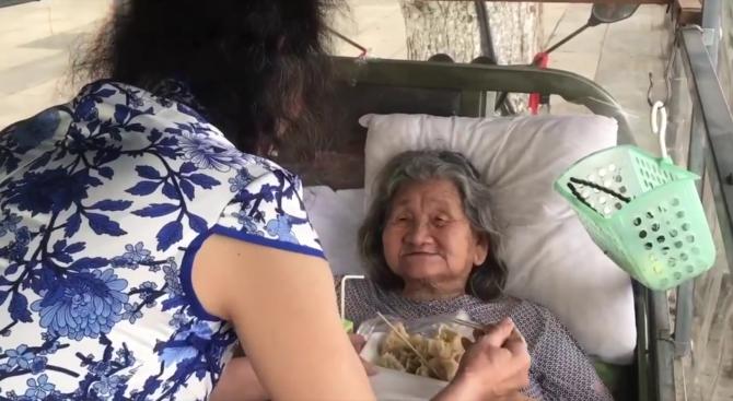 Китаец 20 години се представя за починалата си сестра заради майка си (видео)