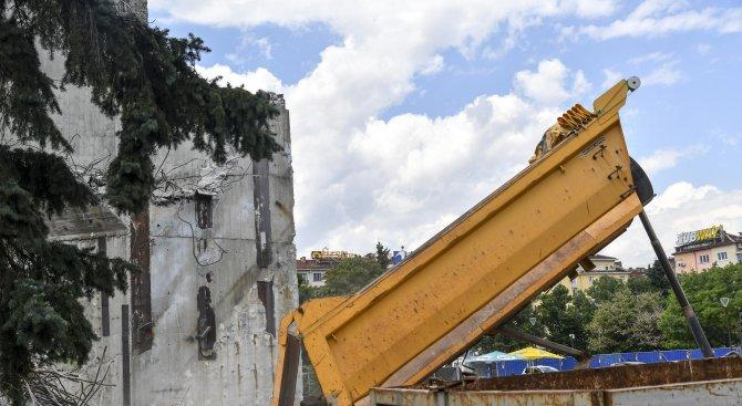 Камиони изсипват строителни отпадъци около паметника до НДК (галерия)