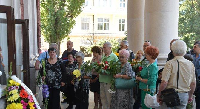 Десетки се сбогуваха с незабравимата Ванча Дойчева (галерия)