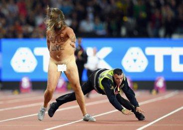 Гол мъж проби охраната преди финала на 100 метра