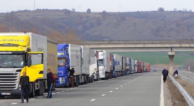 Километричните колони по граничните пунктове продължават