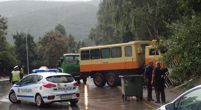 Кола се удари в автобус на градския транспорт в София