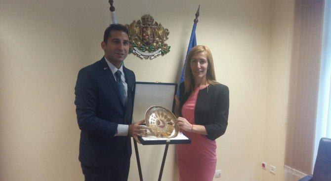 Министър Ангелкова проведе работна среща с генералния мениджър на турските авиолинии за България
