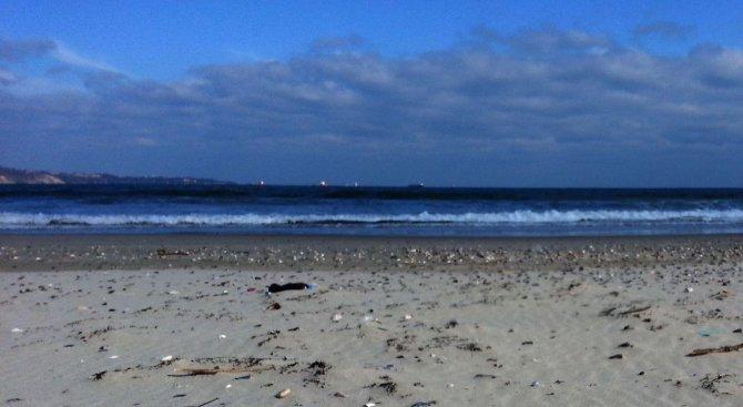 """Морето изхвърли топчета мазут на брега на къмпинг """"Градина"""""""