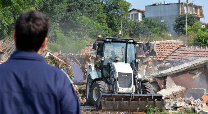 В Асеновград премахнаха незаконни постройки в ромската махала