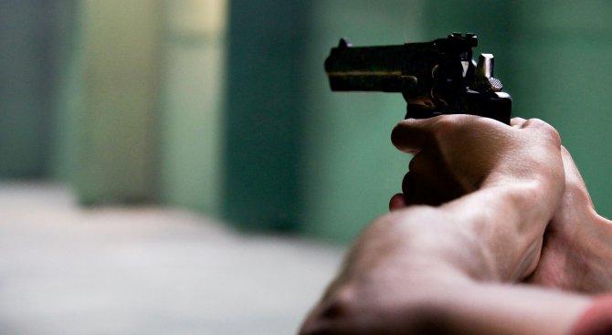"""Неизвестни откриха стрелба срещу """"Мерцедес"""" в Айтос"""