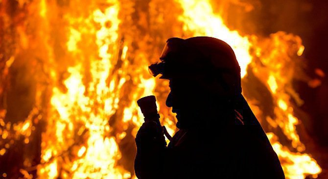 Пожар изпепели цех за мебели в Казанлък