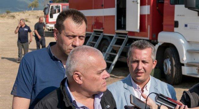 Министър Радев с последни подробности за пожара край село Влахи (видео+снимки)