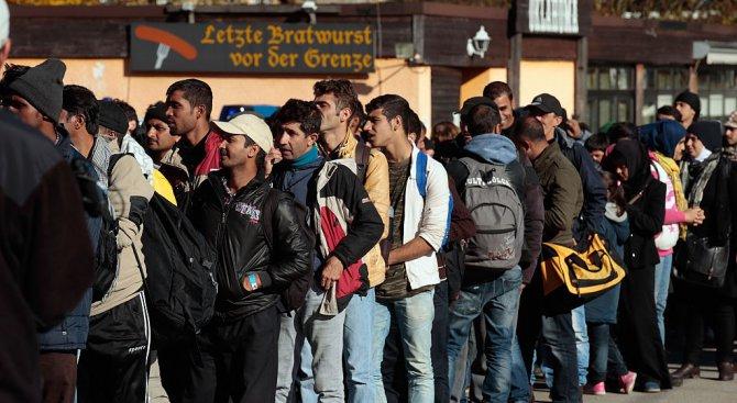 Фаворитът на предстоящите избори в Австрия: Помощите за мигрантите трябва да бъдат орязани