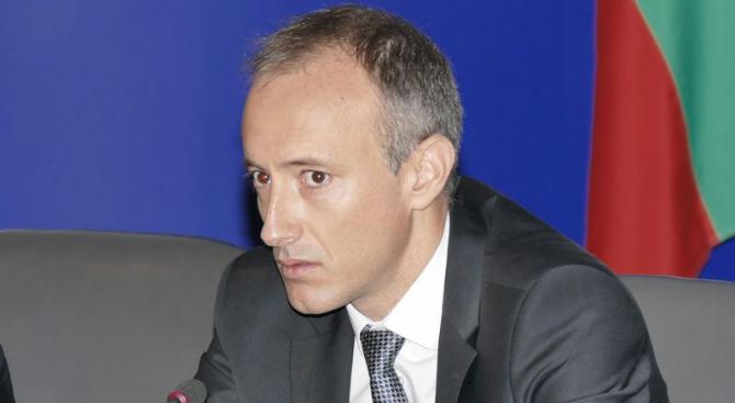 """Образователният министър се включи в """"издирването"""" на деца, останали извън училища и детск"""