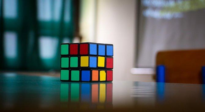Тийнейджър постави нов световен рекорд за подреждане на кубчето на Рубик (видео)