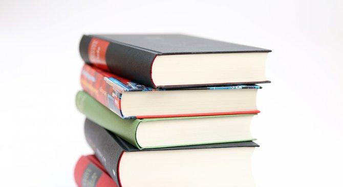 Ученици от Попово събират книги за българчета по света
