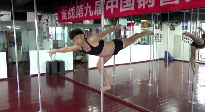 70-годишен китаец прави чудеса на пилона (видео)