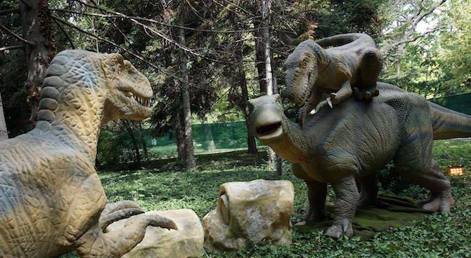 Динозаври оживяха в парка на Военната академия (видео)