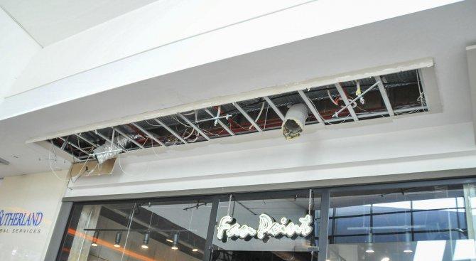 Падна таван в бургаския мол (снимки)