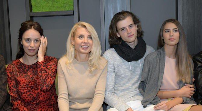 """Радина Кърджилова и Дарин Ангелов минават по червения килим с цял клас на премиерата на """"12-и А"""