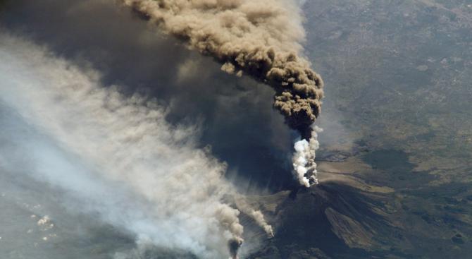Вулканът Попокатепетъл в Мексико избълва пара и пепел