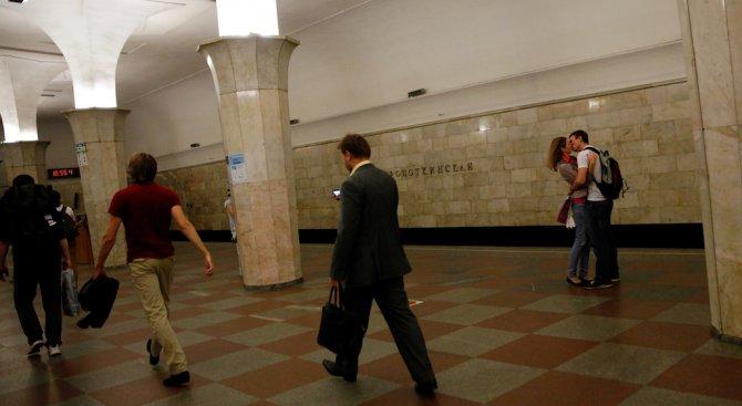 Задържаха гол мъж в метрото в Санкт Петербург (видео)