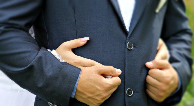 Свекърва настоява за първа брачна свирка (снимка 18+)